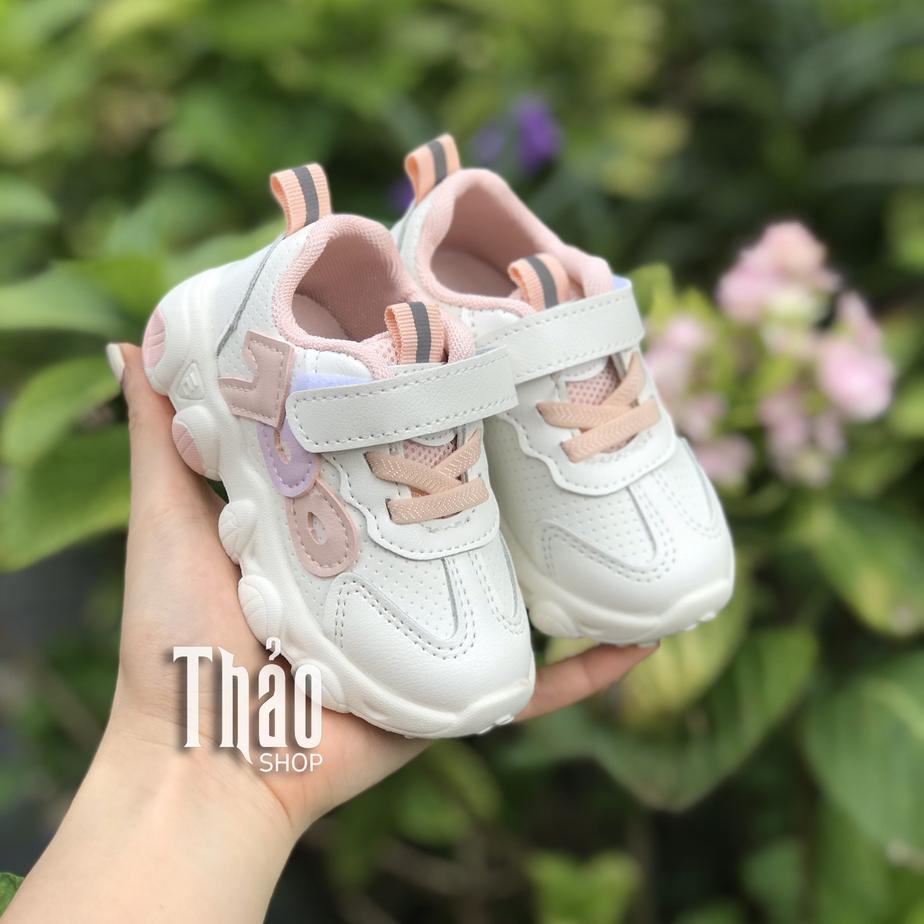 Chọn kiểu dáng giày thể thao cho bé gái