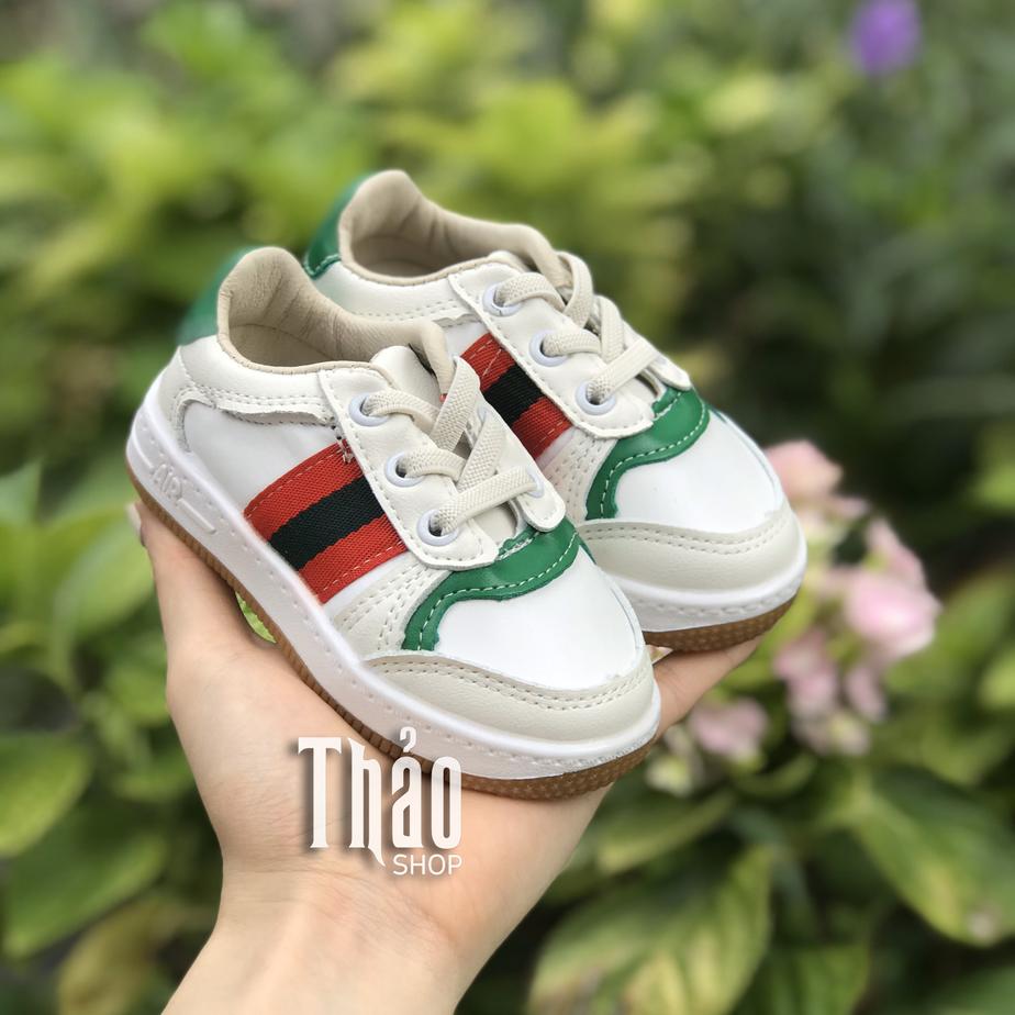 Mua giày dép theo kích thước bàn chân bé